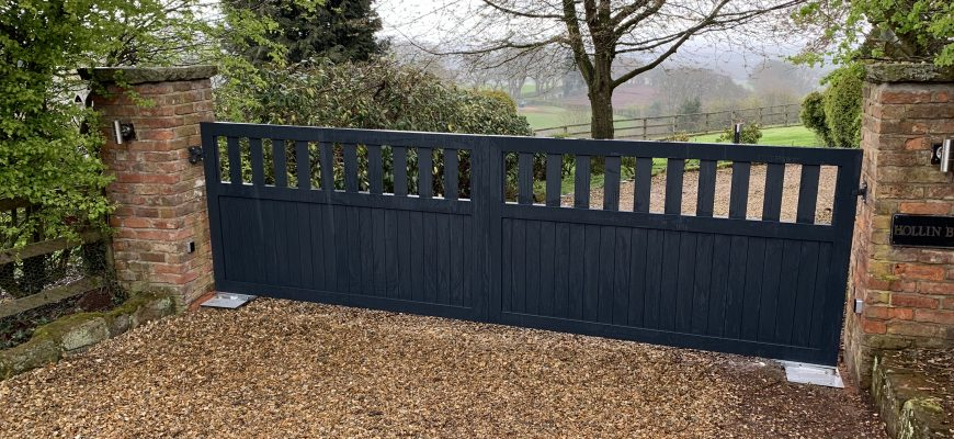 Aluminium gate with electric operation in anthracite