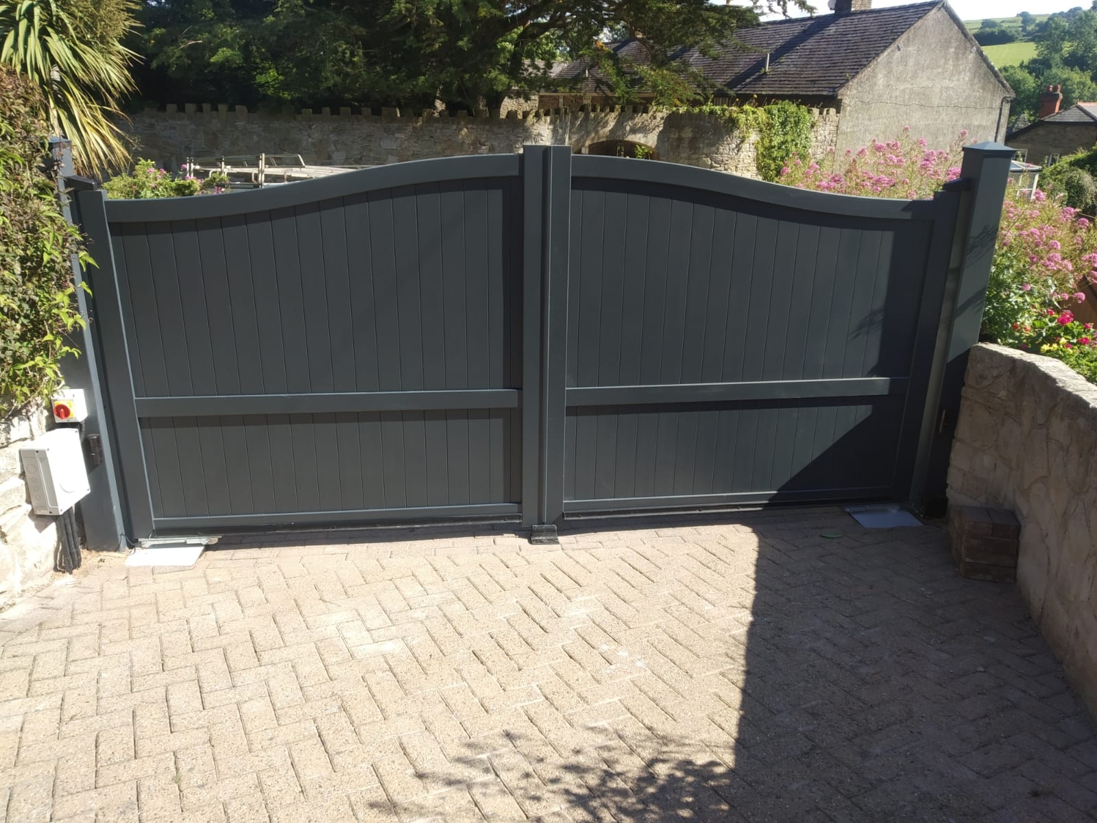 Aluminium gate with Bell Curved Top