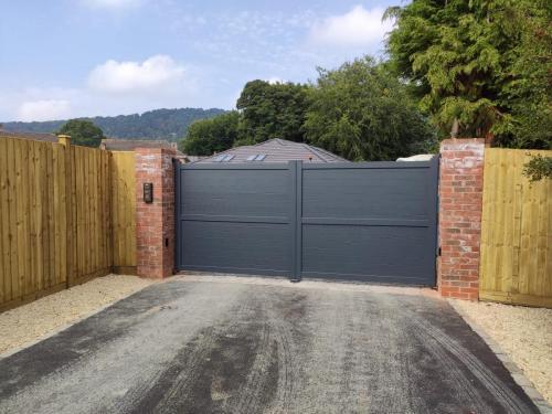 Aluminium gate with straight top