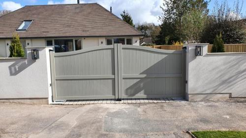 Bell curved top aluminium gate