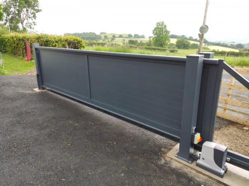 Cantilever gate in anthracite
