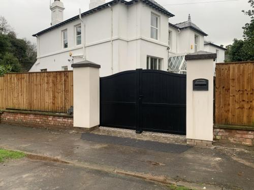 Manual aluminium gate in black