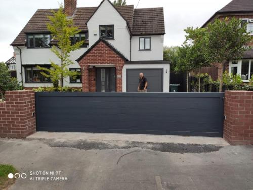 Aluminium sliding gate in anthracite